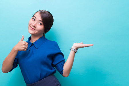 Photo pour Asian woman showing gesture on isolated background - image libre de droit