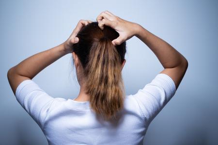 Foto de Woman scratching her head - Imagen libre de derechos