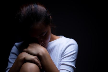 Photo pour Sadness of a woman in the dark - image libre de droit