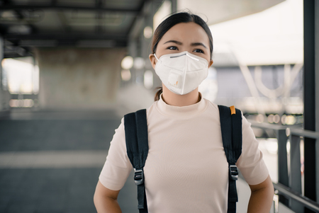 Foto de Woman wearing the N95 mask - Imagen libre de derechos