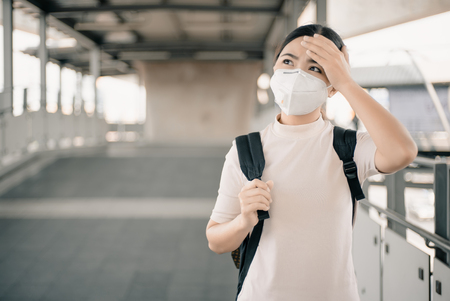 Foto per Woman wearing the N95 mask - Immagine Royalty Free