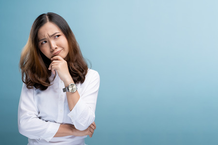Foto de Woman feel confused isolated over blue background - Imagen libre de derechos