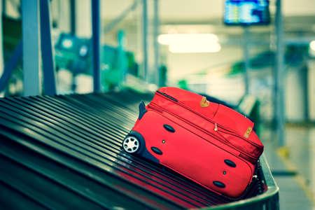 Foto de Baggage on conveyor belt - selective focus - Imagen libre de derechos