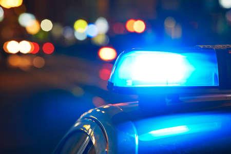 Foto de Police car on the street at night - Imagen libre de derechos