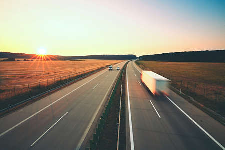 Foto de Traffic on the highway at the sunrise - Imagen libre de derechos