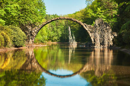 Photo pour Amazing place in Germany - Rakotzbrucke also known as Devils Bridge in Kromlau. Reflection of the bridge in the water create a full circle. - image libre de droit
