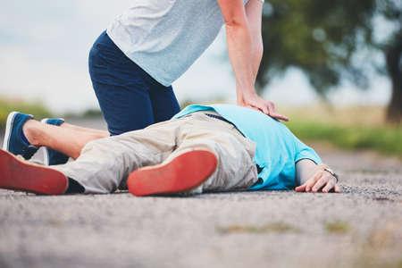 Foto de Dramatic resuscitation on the rural road. Themes rescue, help and hope. - Imagen libre de derechos