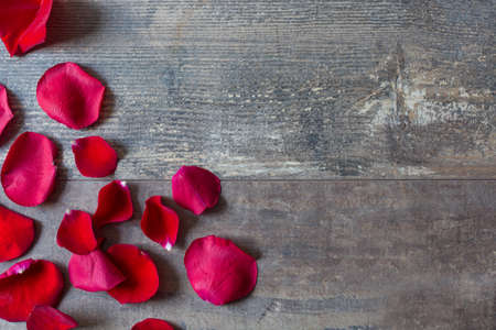 Photo pour Red petals on wood - image libre de droit