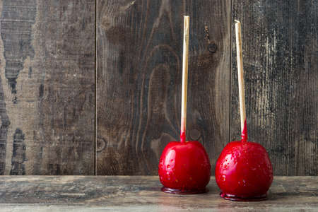 Foto de Candy Christmas apples on wooden table copyspace - Imagen libre de derechos