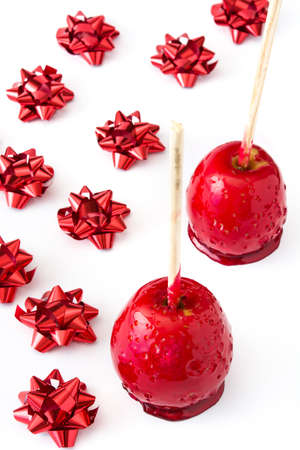 Foto de Candy Christmas apples with red ribbons isolated on white background - Imagen libre de derechos