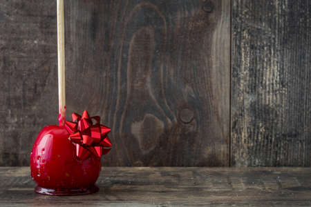 Foto de Candy Christmas apples on wooden table. Copyspace - Imagen libre de derechos