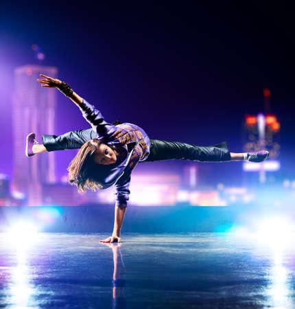 Foto de Young woman dancing  - Imagen libre de derechos