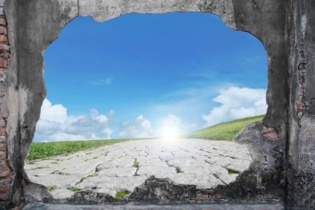 Foto de broken brickwall with freedom path - Imagen libre de derechos