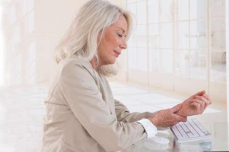 Foto de Hands with RSI syndrome over the keyboard of laptop computer - Imagen libre de derechos