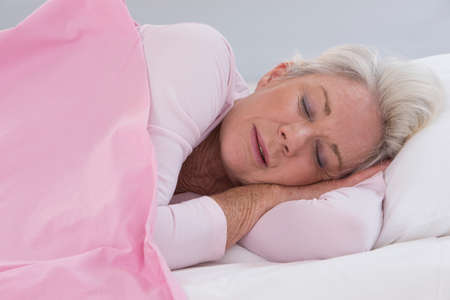 Photo pour senior woman sleeping on bed - image libre de droit
