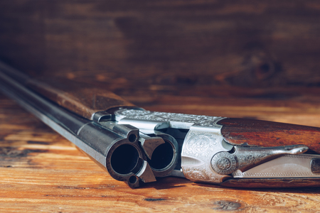 Photo pour Open hunting rifle isolated on wooden background - image libre de droit