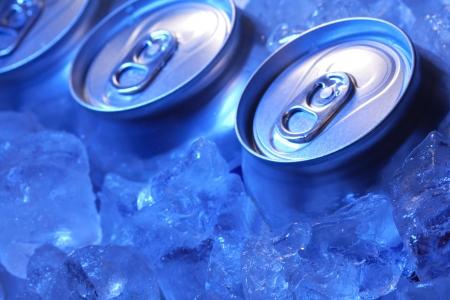 Foto de can of beer in ice - Imagen libre de derechos