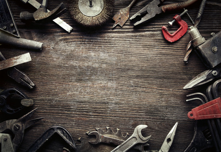 Foto de grungy old tools on a wooden background (processing cross-process) - Imagen libre de derechos