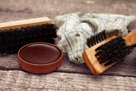 Photo pour Brush, dirty cloth and polish cream, shoe cleaning accessories - image libre de droit