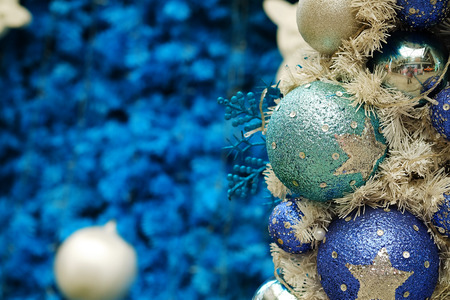 Foto de blue Christmas ball with blue tone Christmas and happy new year festival background. have some space for write wording - Imagen libre de derechos