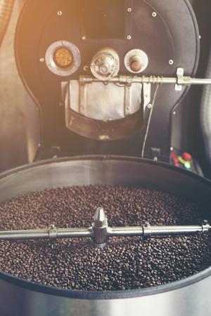 Foto de Roasted coffee in coffee roaster - Imagen libre de derechos