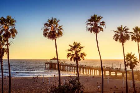 Photo pour Manhattan Beach Pier at sunset, Los Angeles, California - image libre de droit