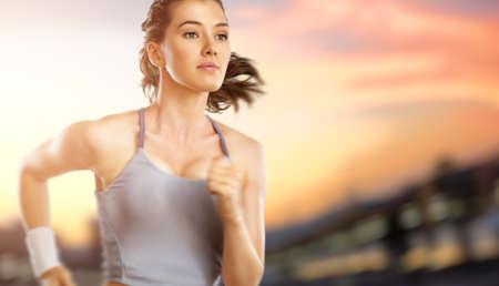 Foto de girl in sport on the sunset background - Imagen libre de derechos