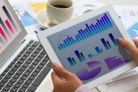 Photo pour tablet pc on the working table - image libre de droit