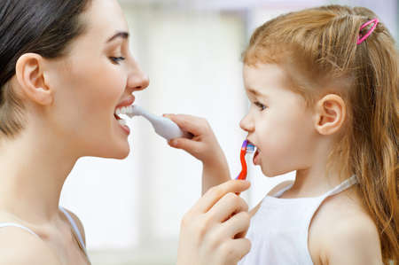 Photo pour mother and daughter brush my teeth - image libre de droit