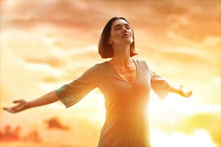 Foto de the girl is happy summer sun - Imagen libre de derechos