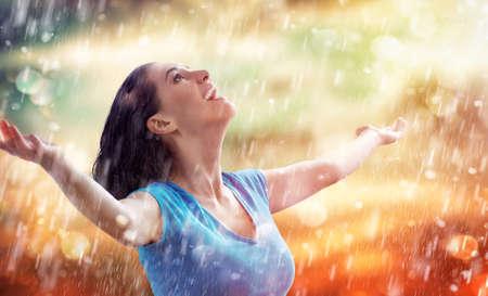 Foto de a smiling woman happy rain - Imagen libre de derechos