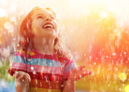 Foto de the child is happy with the rain - Imagen libre de derechos