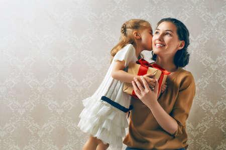 Photo pour happy family with christmas gift - image libre de droit