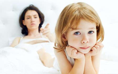 Foto de mother scolds her child - Imagen libre de derechos