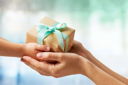 Photo pour human hands holding a gift - image libre de droit