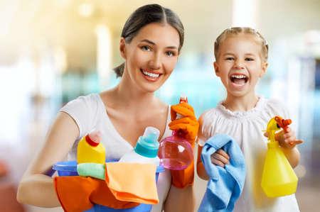 Photo pour happy family do the cleaning - image libre de droit