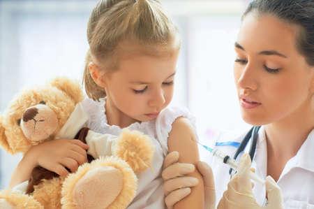 Foto de doctor examining a child in a hospital - Imagen libre de derechos