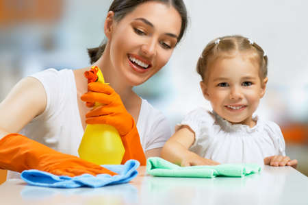 Foto de happy family do the cleaning - Imagen libre de derechos
