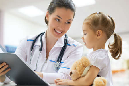 Photo pour doctor examining a child in a hospital - image libre de droit