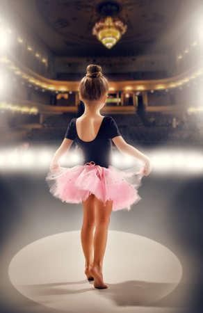 Foto de little girl plays in the ballet - Imagen libre de derechos