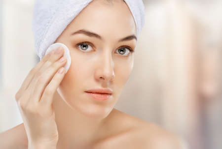 Photo pour beautiful woman applying cosmetic cream - image libre de droit