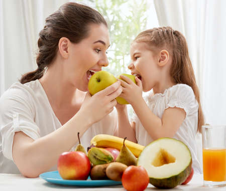 Photo pour happy family eating fresh fruit - image libre de droit
