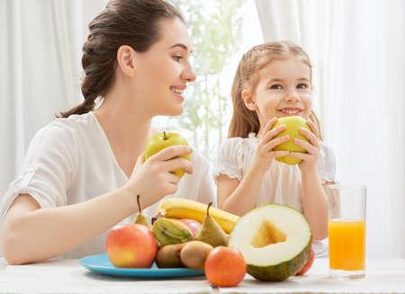 Photo pour happy family eating fresh fruit - image libre de droit