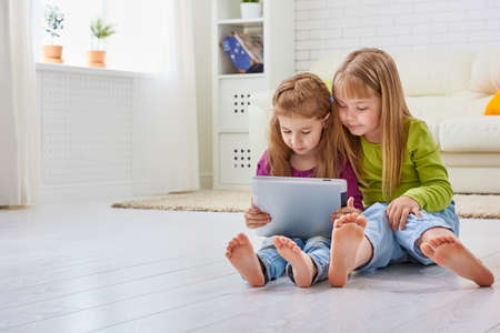 Foto de happy children holding digital tablet - Imagen libre de derechos
