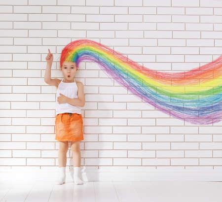 Foto de thinking child against a wall - Imagen libre de derechos