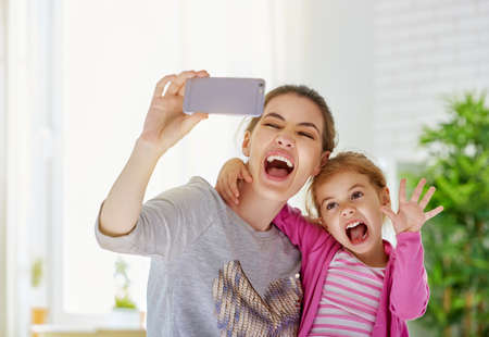 Foto de mother and daughter making a selfie - Imagen libre de derechos