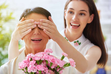Photo pour mother and daughter with flowers - image libre de droit