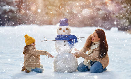 Photo pour Happy family! Mother and child girl on a winter walk in nature. - image libre de droit