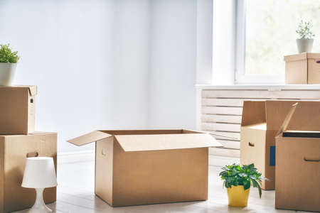 Foto de Cardboard boxes in empty new apartment. - Imagen libre de derechos
