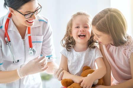 Foto de A doctor making a vaccination to a child - Imagen libre de derechos